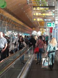 Los vuelos nacionales se encarecen una media de 48 euros en Navidades, lo que provoca una caída de la demanda