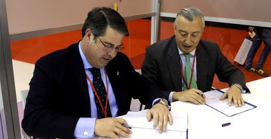 La firma del convencio entre el Ayuntamiento de Sevilla y Renfe.