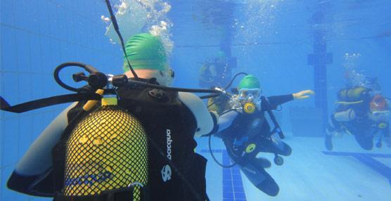 Los alumnos de la escuela Vatel España practican bajo el agua sus habilidades para trabajar en equipo