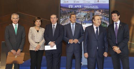 En el centro, el diputado general de Vizcaya junto al presidente de APCE, José Salinas, y al director del Palacio de Congresos Euskalduna, Jon Ortuzar.