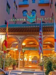 El nuevo tren turístico de Granada pasará por delante del hotel Alhambra Palace en su ruta diaria