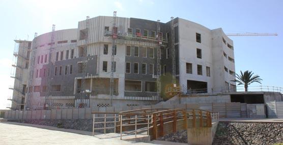Comienza recubrimiento exterior de la fachada con piedra en láminas del Edificio de Formación y Congresos de Fuerteventura