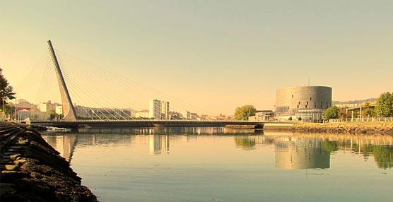 El Recinto Ferial y Palacio de Congresos de Pontevedra (a la derecha), junto al Puente de los Tirantes.