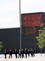 Delegados saliendo del Palacio de Congresos y Auditorio de Navarra.