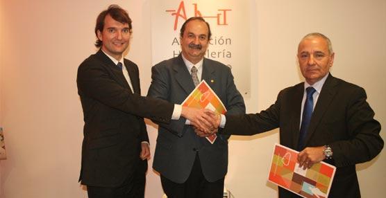La AHT firma un convenio de colaboración con Coperama para incluir a sus asociados en la central de compras
