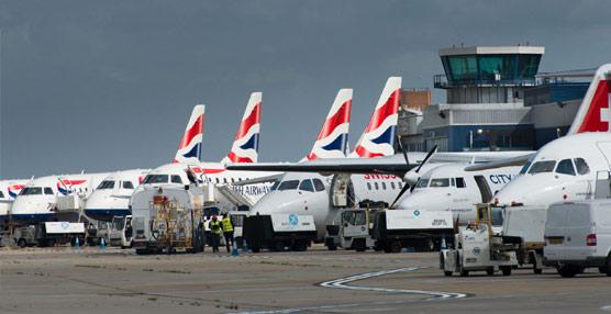El Gobierno de Reino Unido reducirá la tasa aérea que cobra a los pasajeros únicamente en los trayectos de larga distancia