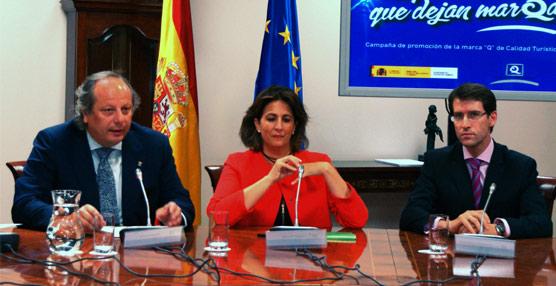 La secretaria de Estado de Turismo, Isabel Borrego; el presidente del ICTE, Miguel Mirones; y el el consejero de Educación, Cultura y Turismo de La Rioja, Gonzalo Capellán.
