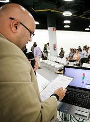 El gerente de Ashotel, Juan Pablo González, explica la dinámica del encuentro. Foto: Andrés Gutiérrez para Ashotel.