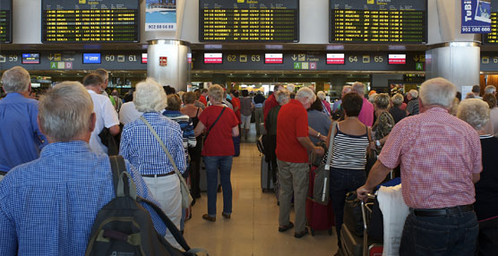La depreciación del euro frente a la libra y la moderación de precios impulsan la llegada de turistas británicos a España