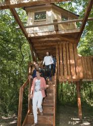 Navarra inaugura su primer complejo turístico con cabañas en árboles, situado en el robledal de Amati, en Ultzama