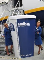 Tripulantes de cabina de Ryanair durante el lanzamiento del café italiano Lavazza.