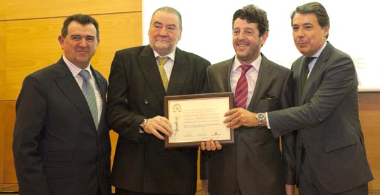 Eugenio de Quesada y Carlos Ortiz reciben el premio de manos del presidente de la Comunidad. © Luis del Amo.