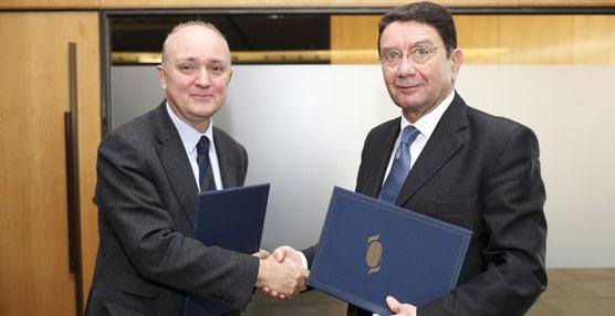 El subdirector general de Turismo de  Barcelona, Ignasi de Delàs, y el secretario general de la OMT, Taleb Rifai.