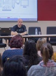 El artista UNER imparte una 'master class' a los alumnos de protocolo y organización de eventos de ISPE y UCJC