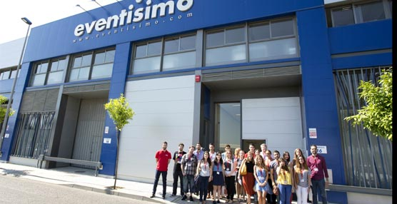 Los estudiantes frente a la sede de la agencia Eventisimo.