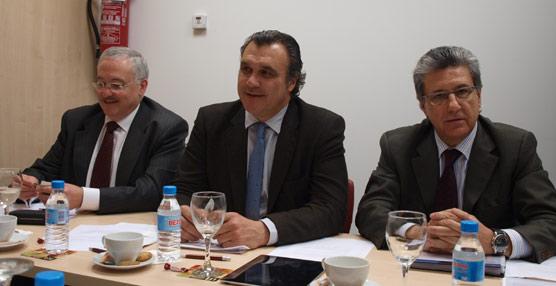 El gerente de UNAV, José Luis Méndez; el presidente de CEAV, Rafael Gallego; y el de ACAVE, Martí Sarrate.
