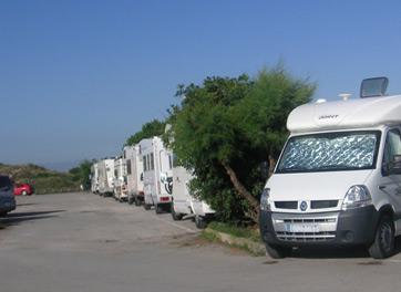 La Asociación de Campings de Cantabria denuncia el alojamiento encubierto de autocaravanas en los aparcamientos de playa