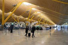 Ayuso ha pedido al Gobierno que incremente el control en el aeropuerto de Barajas.