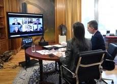 Los Reyes mantuvieron una reunión telemática con representantes del sector hostelero.