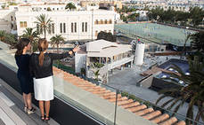 Yaiza Castilla visita el recién reformado Hotel Santa Catalina