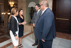 Yaiza Castilla junto a Pilar Parejo y el director general del centenario enclave Alirio Pérez.