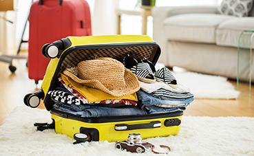 Los españoles dedican casi cuatro horas a preparar su maleta, según Booking