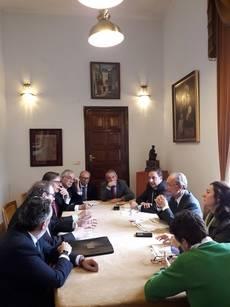 Miembros del Comité Organizador del Congreso de Hoteleros juntos al equipo de Gobierno del Ayuntamiento de Málag.