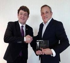 El director de CONEXO, Eugenio de Quesada, recoge el Premio GEBTA de manos del presidente de GEBTA España.