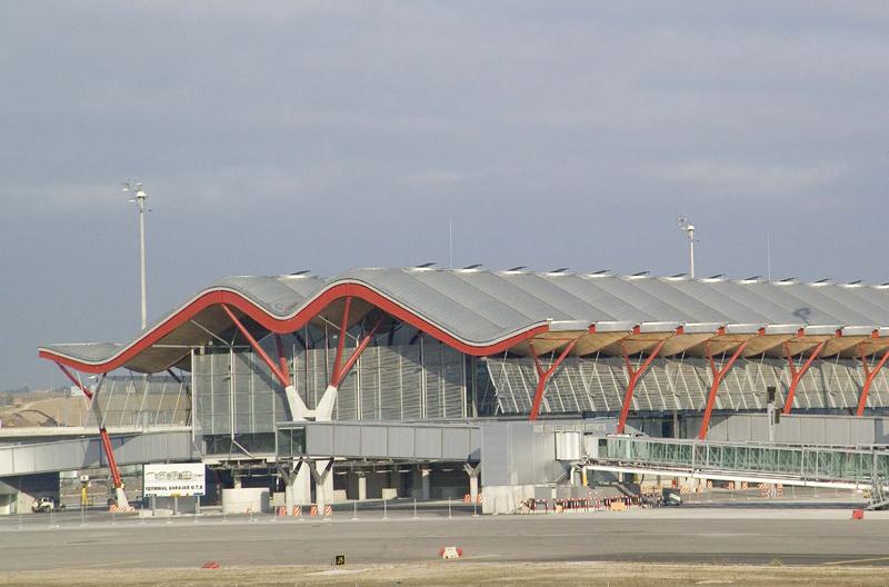 La CNMC media en el conflicto entre aerolíneas y Aena