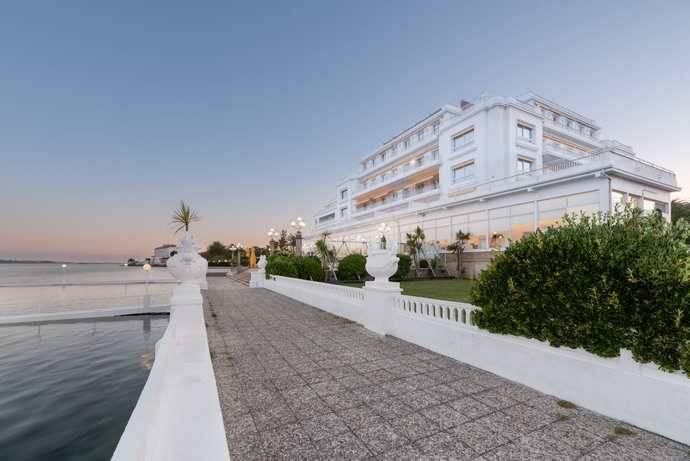 El Eurostars Gran Hotel La Toja propone teletrabajar en una isla