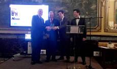 José Luis Prieto entrega del reconocimiento a los propietarios del Grupo NEXO.