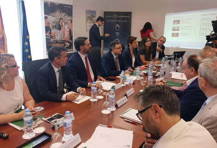 Andalucía trabaja en la nueva normativa para agencias