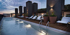 El hotel se ubica en el distrito de Miraflores, que cuenta con el mayor movimiento cultural, turístico y comercial de la ciudad.