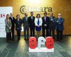 El presidente de AFE, Xabier Basañez (tercero por la derecha), y la Junta Directiva de AFE con la presidenta de la Cámara de Cooperación Hispano-China, Leticia Chen.