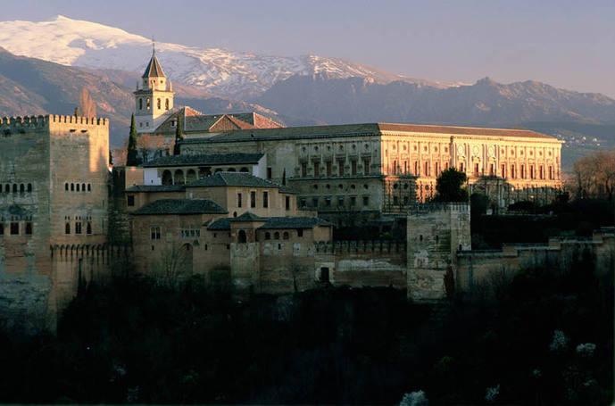 Las agencias denuncian que sigue siendo 'imposible planificar' visitas a la Alhambra