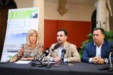 Carlos Sánchez (en el medio), junto a la decana presidenta del Colegio Ópticos-Optometristas de Andalucía, Blanca Fernández Pino, y el delegado provincial de Almería del Colegio, Javier Sebastián Carmona.