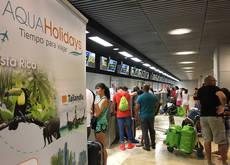 Los directivos del turoperador han acudido a Barajas con motivo del vuelo inagural.