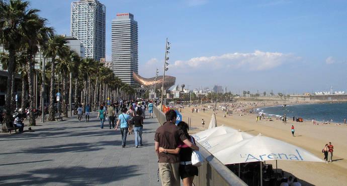Cataluña y Andalucía lideran la creación de empleo turístico durante el verano