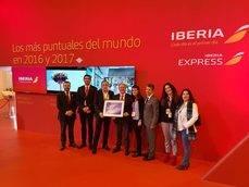 British Airways entrega el reconocimiento a José Jimenez, director Nacional de Producto y Contratación, y Juan Carlos González, director general de BCD Travel.