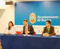 El alcalde de Burgos, Javier Lacalle (centro), junto a la concejala de Turismo, Carolina Blasco, y el director de la Oficina de Congresos, Javier Peña.