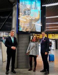 El alcalde de Burgos, Javier Lacalle, y el director de la Oficina de Congresos de Burgos, Javier Peña, en la estación de tren Madrid-Puerta de Atocha.