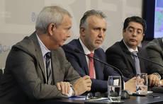 El presidente de Canarias, Ángel Víctor Torres, en el centro.
