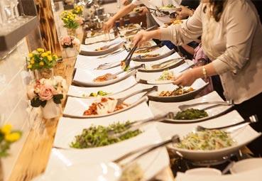 Los caterings donan sus alimentos a los más necesitados