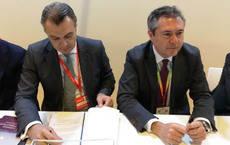 El presidente de CEAV, Rafael Gallego, con el alcalde de Sevilla, Juan Espadas.