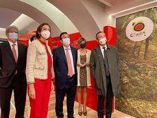 La ministra de Turismo, Reyes Maroto, y el director general de TurEspaña, Miguel Sanz, junto con el resto de presentes en la inauguración.
