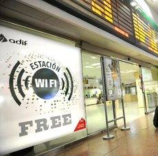 Un cartel anunciando el servicio gratuito de conexión a Internet a través de Wi-Fi.