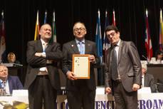 Gallego recibe la Insignia de Oro y Brillantes de manos de los copresidentes de CIMET.