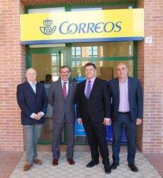 Representantes de Feria de Zaragoza y Correos en la nueva oficina.