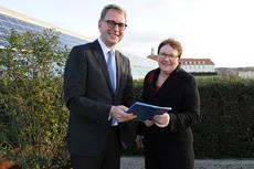 Fiebig entrega el documento a la responsable de Turismo, Iris Gleicke.