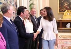 """La Reina Letizia agradece a Eugenio de Quesada la presentación del """"Análisis de Actualidad del Turismo en España"""", en el Palacio de La Zarzuela, en la Audiencia Real concedida con motivo del 40º aniversario de la AEEPP."""